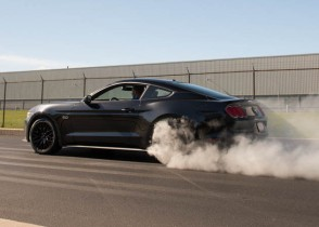 2015-gt-mustang-doing-a-burn-out